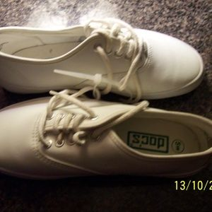 DOCS BRAND NEW WHITE LEATHER SNEAKERS 5W